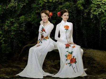 Áo dài cưới màu trắng in hoa hồng dịu dàng