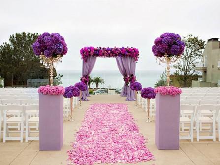 Cổng hoa cưới màu tím kết từ hoa hồng và cẩm tú cầu