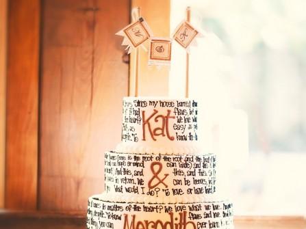Bánh cưới độc đáo 3 tầng in chữ