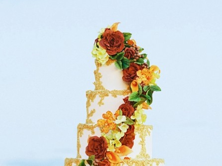 Bánh cưới 5 tầng kết hoa rơi và họa tiết vàng