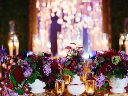 Hoa cưới trang trí để bàn màu đỏ và tím sang trọng