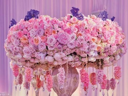 Hoa cưới trang trí bàn tiệc màu hồng kết từ hoa hồng