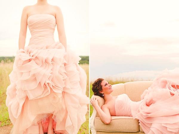 Váy cưới màu hồng cúp ngực xếp bèo bồng bềnh