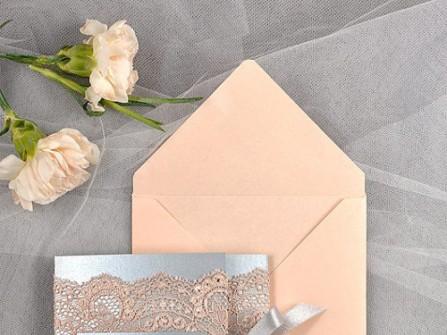Thiệp cưới ren màu hồng và xám thắt nơ duyên dáng