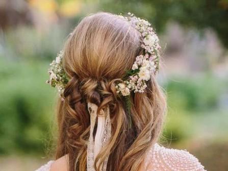 Tóc cưới tết kết ruy băng và vòng hoa lãng mạn