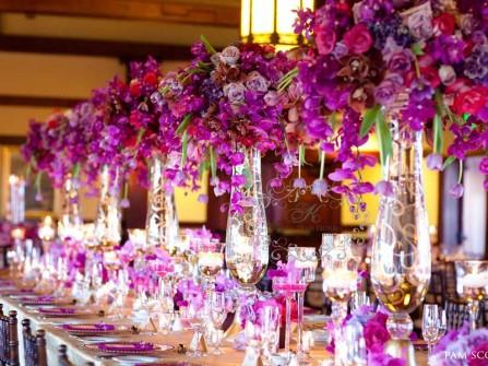 Hoa cưới trang trí bàn tiệc kết từ hoa lan và hoa hồng tím
