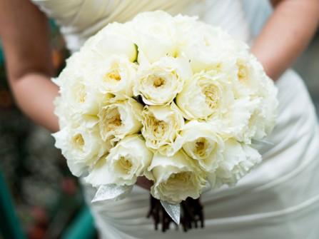 Hoa cưới cầm tay màu trắng kết từ hoa hồng David Austin
