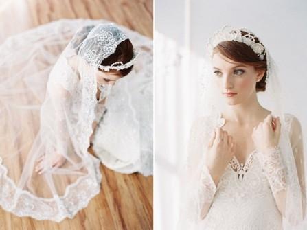 Tóc cưới búi thấp kết hợp vương miện hoa và lúp voan