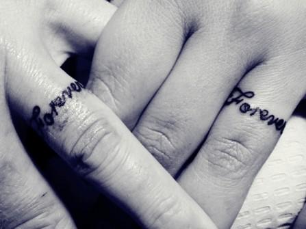 Nhẫn cưới hình xăm chữ