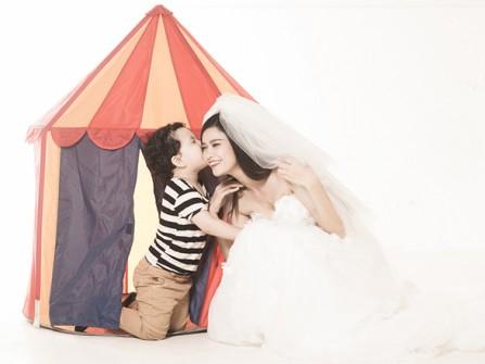 Trương Quỳnh Anh đẹp dịu dàng trong váy cưới bên con trai