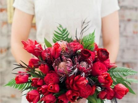 Hoa cưới cầm tay màu đỏ kết từ hoa tulip