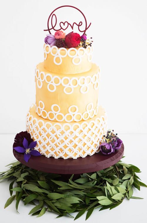 Bánh cưới màu vàng ánh kim họa tiết tròn độc đáo