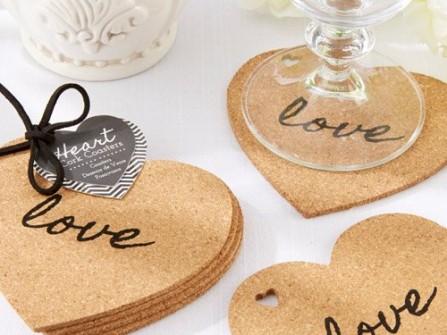 Quà cảm ơn khách mời: Lót ly gỗ in chữ Love