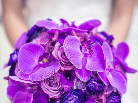 Hoa cưới cầm tay màu tím được kết từ hoa lan