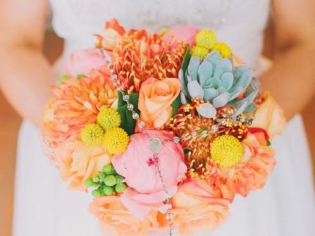 Hoa cưới cầm tay màu cam pastel kết từ hoa hồng