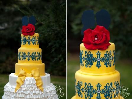 Bánh cưới vàng và xanh navy đính hoa hồng nổi