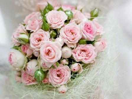 Hoa cưới cầm tay màu hồng phấn thanh khiết