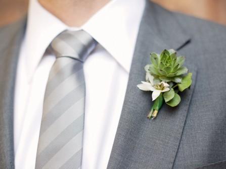 Hoa cài áo chú rể màu xanh kết từ hoa sen đá