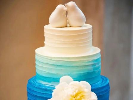 Bánh cưới màu xanh ombre 4 tầng ấn tượng