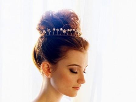 Tóc cưới búi cao đánh rối kết hợp cài tóc ngọc trai