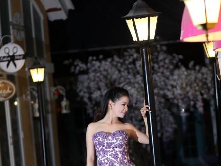 Váy cưới voan trắng cúp ngực đính hoa nổi màu tím