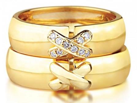 Nhẫn cưới vàng mặt nhẫn chữ X đính đá độc đáo