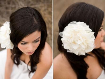 Tóc cô dâu đơn giản với kiểu đính hoa một bên