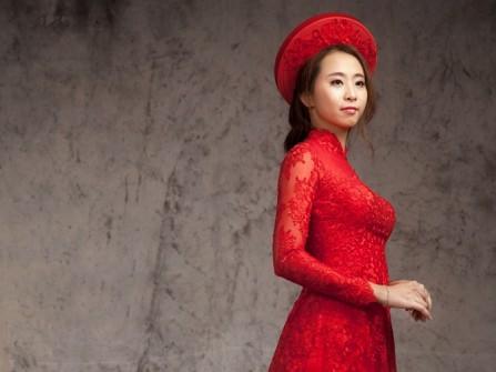 Áo dài cưới màu đỏ phối ren hoa mềm mại