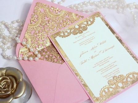 Thiệp cưới cắt laser màu hồng viền vàng ánh kim
