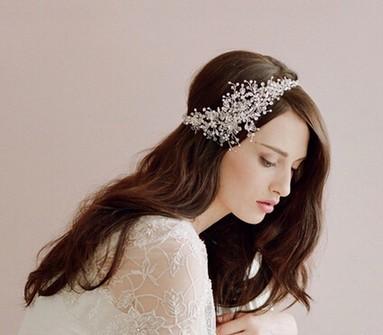 Tóc cô dâu xõa dài lãng mạn