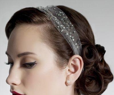 Tóc cô dâu búi thấp cài băng đô lưới đính đá