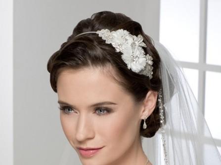 Tóc cô dâu cài hoa trắng sang trọng