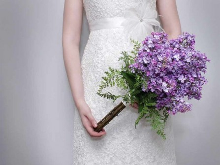 Hoa cưới cầm tay cô dâu màu tím mộc mạc