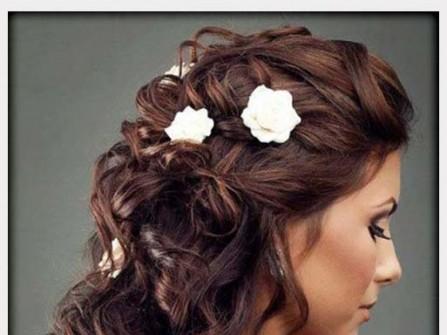 Tóc cô dâu xoăn dài điểm hoa trắng nhỏ