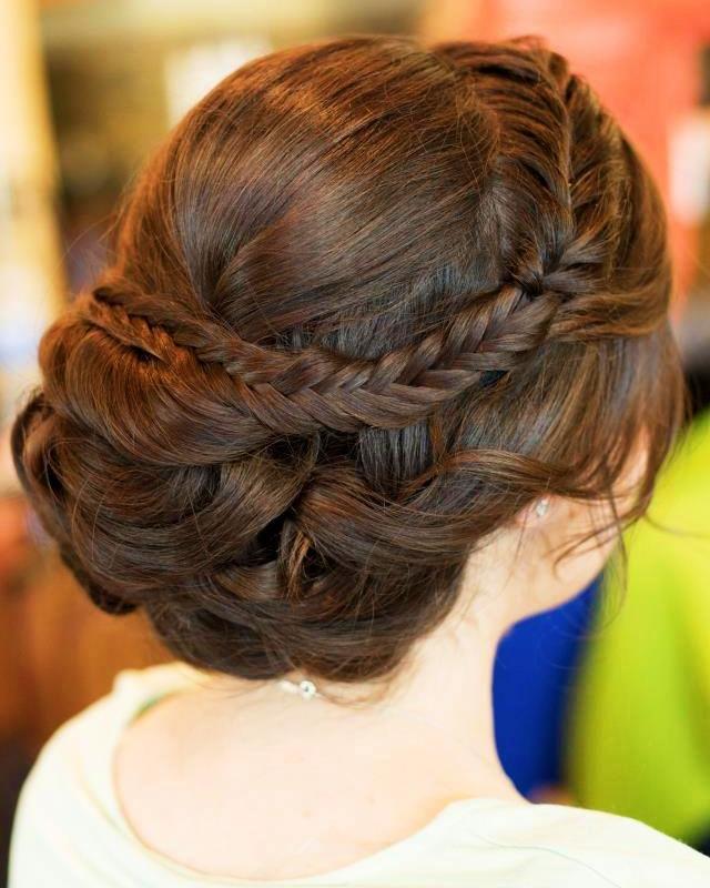 Tóc cô dâu đẹp với kiểu búi thấp và thắt bím xương cá
