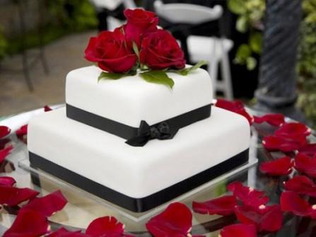 Bánh cưới trắng 2 tầng trang trí hoa hồng đỏ