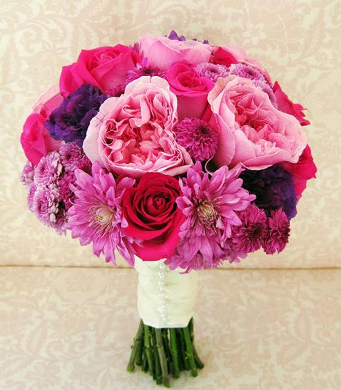 Hoa cầm tay cô dâu màu hồng kết từ hoa hồng garden rose