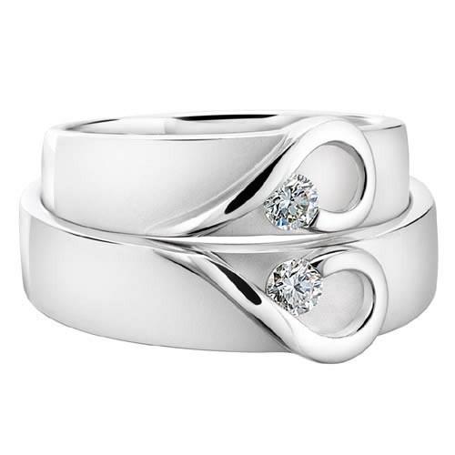 Nhẫn cưới vàng trắng đính kim cương nửa trái tim ghép đôi