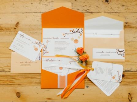 Thiệp cưới đẹp màu trắng phong thư và họa tiết cam rực rỡ