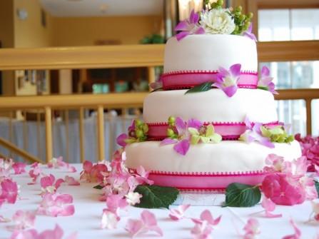 Bánh cưới đẹp 3 tầng màu trắng kết hợp hoa lan tươi
