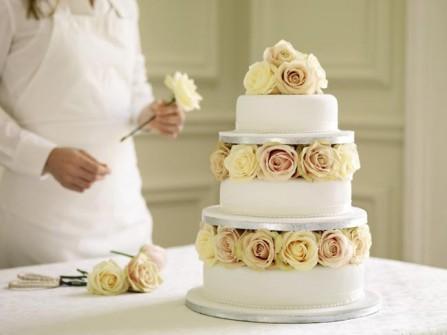 Bánh cưới đẹp 3 tầng trang trí hoa hồng trắng