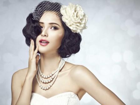 Tóc cô dâu ngắn uốn gợn kết hợp phụ kiện và hoa