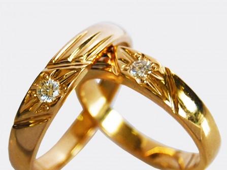 Nhẫn cưới vàng khắc họa tiết sắc sảo đính kim cương