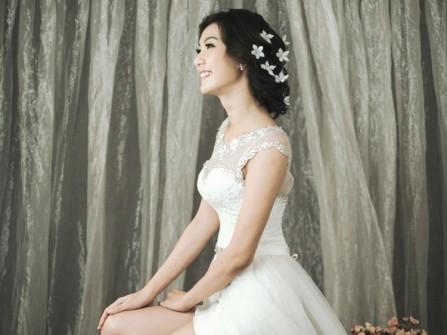 Váy cưới ngắn trẻ trung với chân váy voan mềm mại