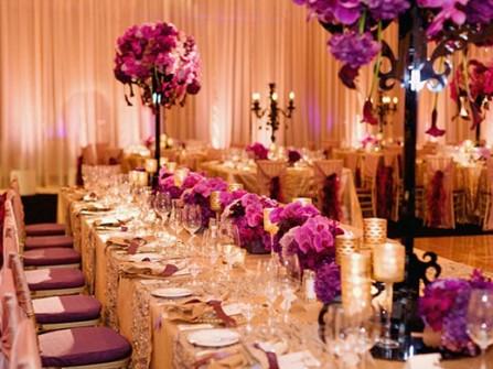Hoa trang trí bàn tiệc màu tím được kết từ hoa lan tươi cao cấp