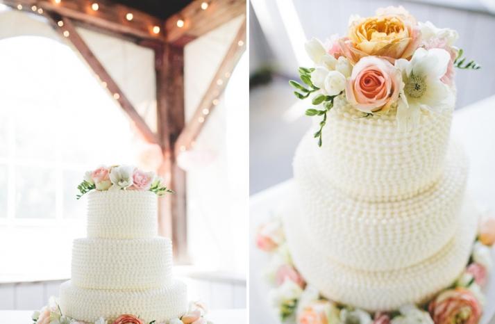 Bánh cưới đẹp 3 tầng xoắn ốc trang trí hoa lãng mạn