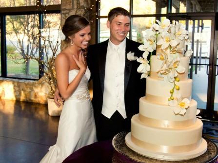 Bánh cưới đẹp 5 tầng màu trắng ngà trang trí hoa lan