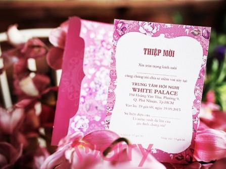 Thiệp cưới đẹp màu hồng in họa tiết hoa cổ điển