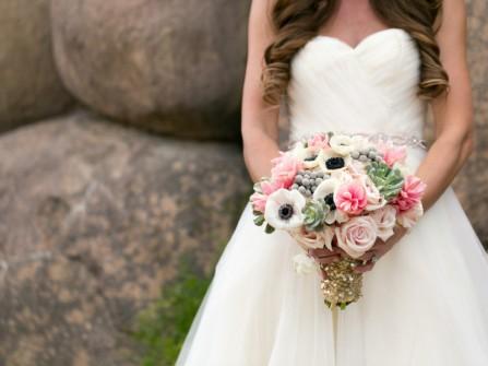 Hoa cầm tay cô dâu kết từ hoa hồng và hoa anh túc
