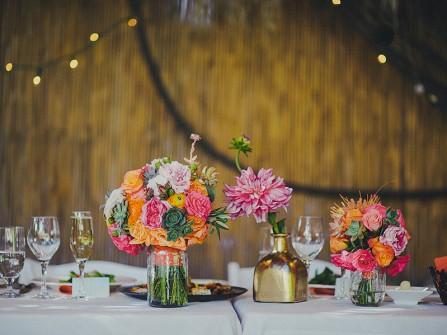 Hoa trang trí bàn tiệc màu cam kết từ hoa hồng và cúc bách nhật